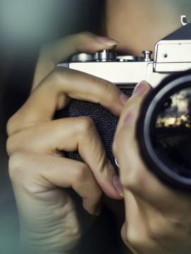 Une femme prenant une photo avec un appareil photo