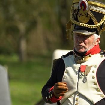 Un homme costumé en général du Premier Empire